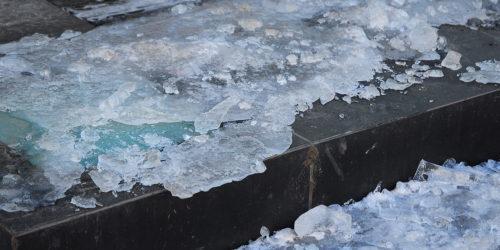 Liukastumisia ja lumen putoamisia – mitä korvaa kiinteistön vastuuvakuutus?