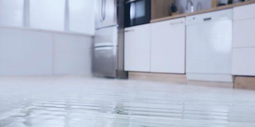 Asukkaan huolimattomuus aiheutti vesivahingon, taloyhtiö maksumiehenä. Miten tässä näin kävi?